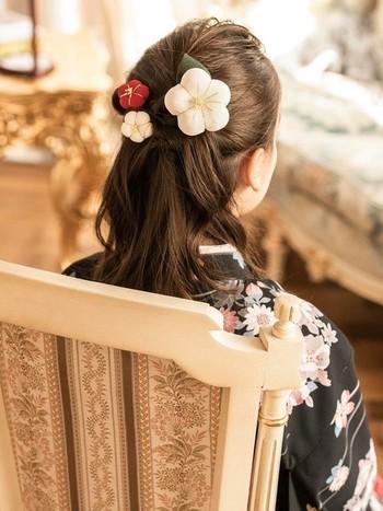 あえてほぐさずに美しくまとめることで和装の美しさを引き立てる清楚な和のスタイルに。コロンと丸みのある梅型のアクセサリーが可愛らしいですね。派手過ぎないヘアアレンジが似合う袴姿にもおすすめです。