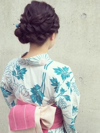 くるりんぱやロープ編みなどで華やかに結ったアップヘア。あえてほぐさずに、すっきり美しくまとめることで大人の印象に。浴衣の青色に合わせた、小ぶりのかんざしでより和の雰囲気を高めます。