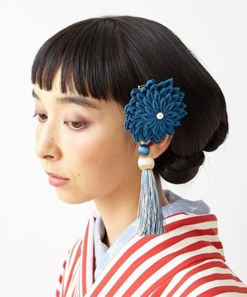 小さく切った薄地の布をつまんで折り畳んで造形するつまみ細工飾り。江戸時代から続く、歴史ある日本の伝統工芸です。花火のようにパッと花咲く繊細な造りと、鮮やかな染めが髪に映え、浴衣や和装をグレードアップさせてくれます。