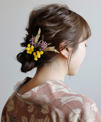 間違いなく華やかな印象を演出してくれるお花のヘアアクセサリー。大きな花なら顔周りをぱっと明るく見せてくれ、小さな花をちょこんと付ければすっきりと品良くなります。今は、レトロな浴衣にドライフラワーのアクセサリーを付けるのも人気です。