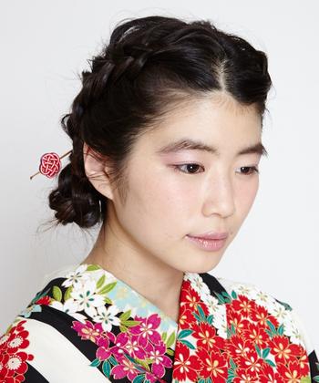 その発祥は安土桃山時代よりも前とも言われ、お守りや魔除けのようにも大切にされてきました。日本の和装を美しく飾ってきたかんざしは、たおやかで品たっぷりの雰囲気にしてくれます。刺すだけで簡単なのも◎