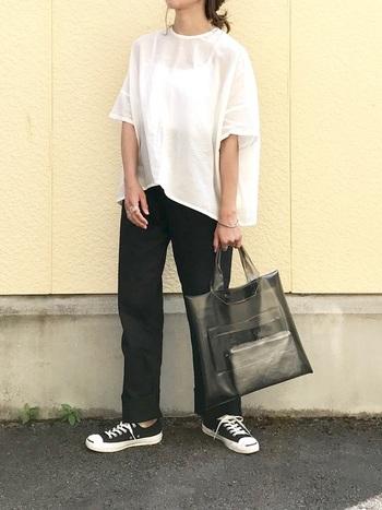 とにかく涼しいゆったり半袖シャツ。特に暑い日は、ボトムスアウトにすることで風が通り抜けより涼しく感じられます。プルオーバータイプの白シャツ×黒パンツのシンプルモノトーンコーデに、クリアバッグを合わせた爽やかなスタイリングです。