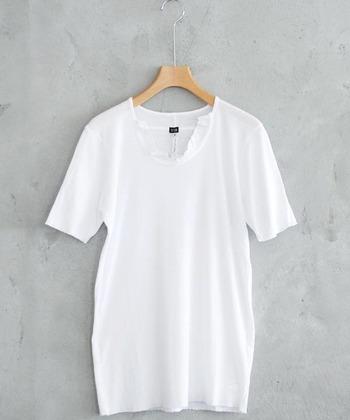 コットンが多めのアイテムは、しっかりしているのにふんわりしているのが特徴です。シワになりにくく型崩れもしにくいので、着回しに使えて繰り返し着たいTシャツなどには◎です。リネンが加わることで、綿100%のものよりもサラッとした肌触りに。