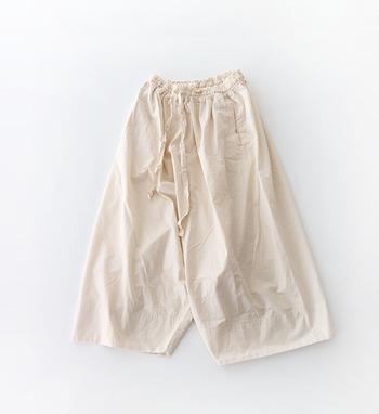 ゆったりとしたシルエットのサルエルパンツ。股上が深いデザインなので、TシャツなどはINしたコーディネートが楽しめそうですね。両サイドにポケットが付いて、機能面でも◎です。