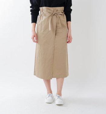 カジュアルでふわっとしたアイテムが多いコットンリネン素材ですが、このスカートならシャキっとクールな印象に。長すぎないので重たくならず、ちょっと甘い雰囲気が苦手な方でも楽しめる一枚です。