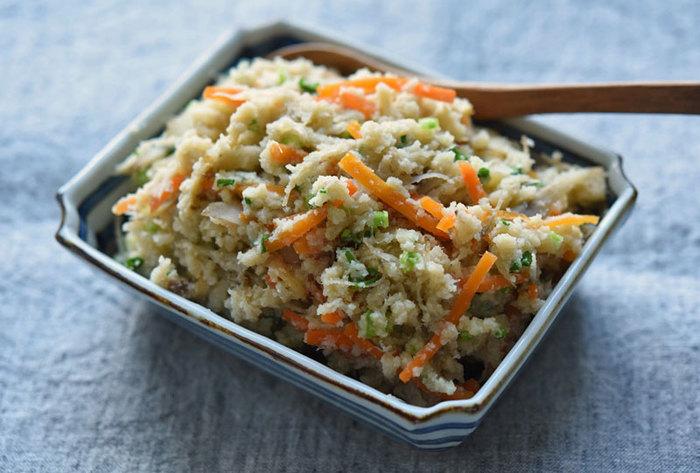 畑のお肉と言われている大豆が原料の「おから」は、なんとなく栄養も絞り出されてしまっているイメージがあるかもしれませんが、実はごぼうの約2倍の食物繊維があり、豆腐よりも栄養価が高いんです。食物繊維以外にも良質なタンパク質やカルシウム、女性ホルモンの働きを助けると言われている大豆イソフラボンなどがバランスよく含まれている「おから」は現代女性が進んで食べていきたい食材の一つです。