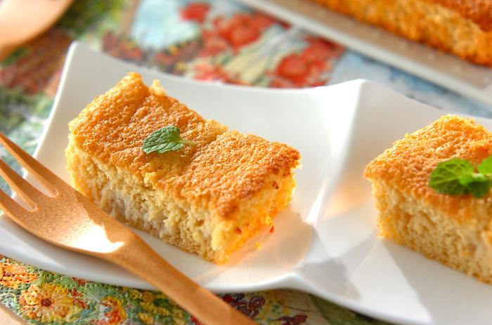 おからにヨーグルトと蜂蜜を混ぜて作る簡単で美味しい、ふわふわしっとりなおからケーキ。小分けに切ってミントを乗せたらおもてなしケーキに大変身。可愛くて美味しいヘルシーレシピです。