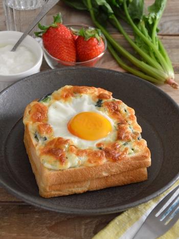 半熟卵が美味しそうな、クロックマダムのレシピ。ほうれん草とチーズをたっぷりのせて、栄養も◎。朝から元気をチャージできそうなレシピです。
