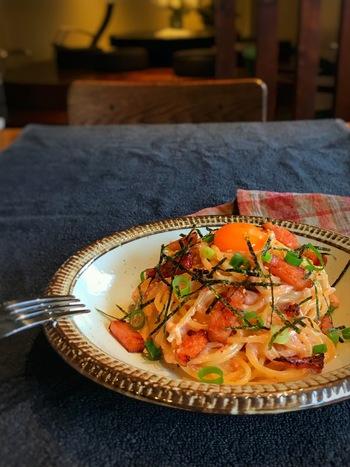 和風のパスタが食べたいときにぴったりのこちらのレシピ。クリーミーな明太子のカルボナーラも、おうちで簡単に作れます。卵を崩しながらまろやかな味わいを楽しめて、美味しそうです。