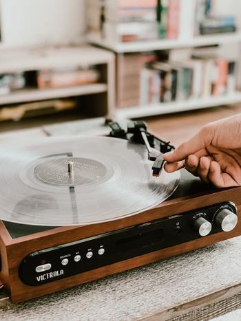 仕事や勉強などのデスクワークに励む際、音楽をかけていますか?「この曲をかけよう」と特に決めているわけではないけれど、何かしら流すことが習慣になっている、という方も多いかもしれませんね。