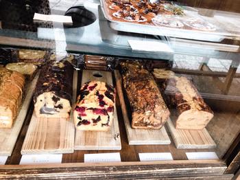 ショーケースにずらりと並ぶパウンドケーキも人気メニュー。主に山梨の食材を使い、旬の野菜やフルーツがたっぷり入った味わい深いものばかり。