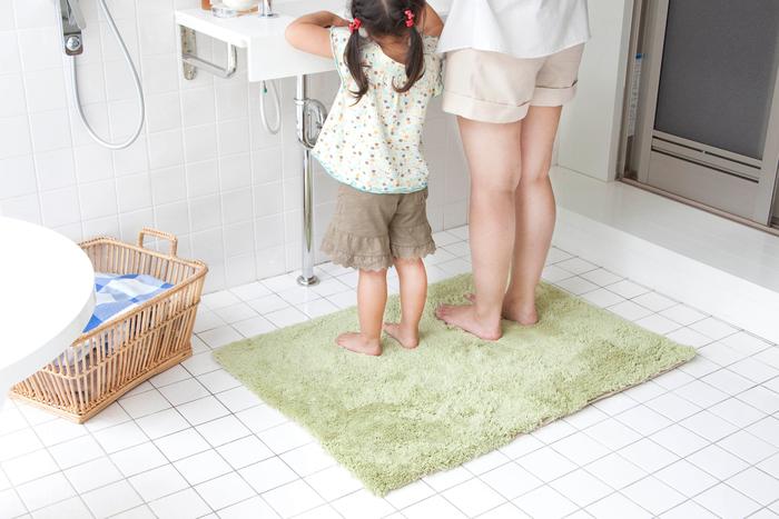 汗をかくこの時季はシャワーやお風呂に入る回数も多くなります。脱衣所の湿度は常に高く、ニオイなども気になるところ。『乾度良好 Dナチュレ』なら銀イオン(Ag+)が練りこまれた繊維を使用しているので、ニオイの元となる菌の増殖を抑える抗菌作用があります。お風呂あがりに、バスマットの上で走り回る小さなお子様がいる家庭でも安心して使えます。