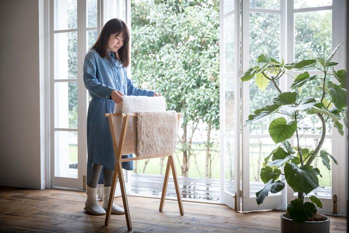 日々のお手入れもらくらく簡単。普段のお洗濯と同様に洗濯ネットに入れて、洗濯機を回すだけ。速乾力に優れているため、梅雨や冬季も部屋干しでちゃんと乾きます。 また、マットの下地はスニーカーなどで使われている厚手の帆布を使用しているので、耐久性にも優れています。何度洗濯してもへたれず、いつでもふかふかな踏み心地を維持できます。