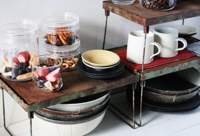 毎日の朝食や夕食で使う食器類は見せる収納としてラックなどに飾っておくのも素敵です。キッチンからあまり遠くないところに置くのが使いやすくするポイントです。
