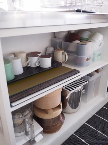 使用頻度は低いけれど、大切な食器たちはコンパクトに収められるよう、シンプルなケースに重ねてみるのもおすすめです。「二軍」の食器たちには、緩衝材としてペーパーを敷きこんで重ねておけば傷つくのを防げます。