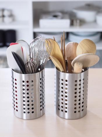 よく使うツールは調理中、すぐに手の届くところに置いておくと使い勝手が格段にあがります。シンプルな入れ物に入れて、コンロの近くに置くのが定番です。