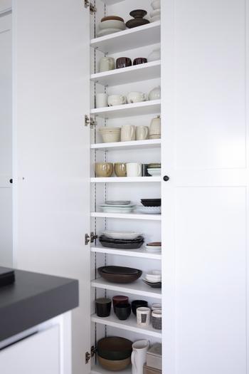 食器棚などは、目線の高さあたりが「一軍」の場所です。一番下や一番上などは取り出しやすさの観点からは「二軍」の場所となります。