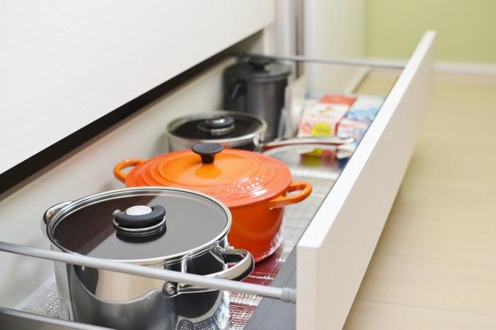 調理器具の「一軍」はコンロへの動線上にあるエリアに収納するのが一番です。コンロの下に引き出しなどがあるときは、そこに毎日使うような鍋、フライパンを収納しておきましょう。