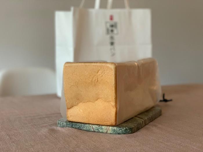 *筆者撮影 最初にご紹介するのは、2019年6月にオープンしたばかりの「極上 鎌倉生食パン」。上質なカナダ産の小麦にバター、はちみつ、生クリームを贅沢に使用した、無添加食パンの直売所です。