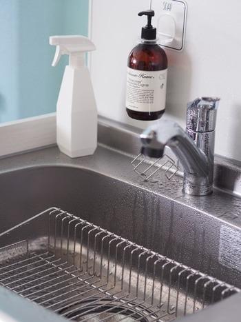 つい水切りカゴにそのまま食器をのせて乾かしてしまいがちですが、毎回、リセットするためにはひと手間かけて、食器はきちんと拭いておきましょう。そうすると、水切りカゴを洗うというルーティンを組み込むことができるようになります。
