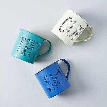 """「TODAY'S SPECIAL」のステンレス製のマグカップ。""""CUP""""、""""TREE""""、""""SKY""""の大きなロゴが印象的で、ニュアンスのあるペールカラーがおしゃれ。落としても割れないので、アウトドア使いにもぴったりです。"""