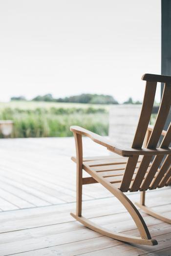 大人になると紫外線を意識して、日光に当たる機会が少なくなるもの。外出したついでに、あるいは席を立ったついでに試したいのが、背中に日光を浴びる「ごほうび時間」です。 背中にはたくさんのツボがあり、日光で温めることで、夏場に冷えがちなお腹や足先なども内側からじんわりと温まります。体の冷えから心が不安定になることもあるため、「なんだかしんどいな」と感じたときにお試しくださいね。