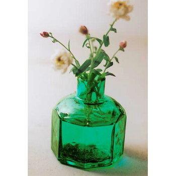 ハイセンスなデザインで知られる倉敷意匠計画室の一輪挿しは、型吹きガラスとよばれる手法で作られています。レトロなインク瓶のようなフォルムの一輪挿しには、可憐な野の花を飾りたくなります。