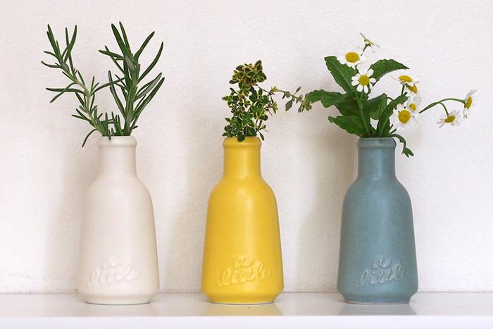 スタジオMのアリトルは、古い薬瓶や香水瓶のイメージを大切に、デザインされた一輪挿しです。キッチンで使うハーブをほんのひと枝、飾るのにぴったりです。すこしくすんだような色合いがかえってお洒落に見えます。