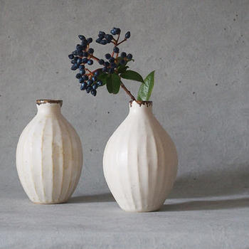 白百合をイメージしたという陶器の花器は、やわらかな穏やかさを携えています。口元は鉄フチのアクセントになっているので、さりげない野の花でも、カッコよく生けることができます。