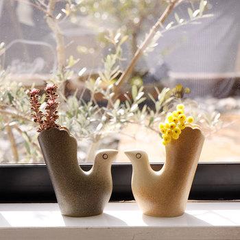 スウェーデン国内の工房で製造、絵付けを丁寧にひとつひとつ行っているというこちらのフラワーべースは、手触りがよく、上品な雰囲気が醸し出されています。窓辺に置いて、たっぷりのお日様を浴びさせてあげたいですね。