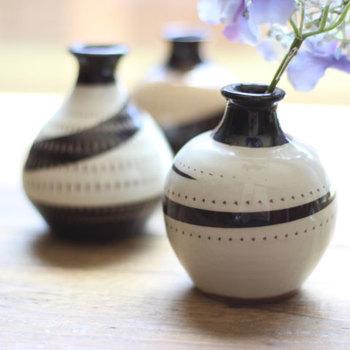 こちらの花器は、小石原焼きのもの。ひとつひとつ手作業で作られているため、どれもサイズも表情も違います。古き良き日本の伝統と、新しいセンスを融合させたモダンなデザインの一輪挿しです。