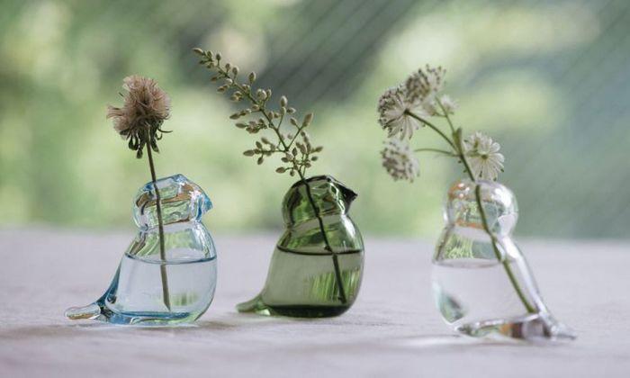 ことりのかたちの一輪挿し。一緒にお外を眺めているみたい。透明感のあるガラスの一輪挿しには、短めにカットしたさりげないお花がよく似合います。