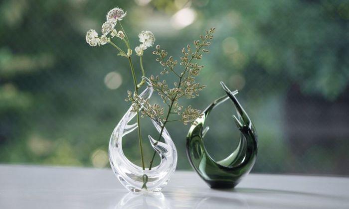 手作りガラスのすらりとした伸びやかさがアーティスティックな一輪挿しは、お花を生けずにそのままインテリアとして置いておくことができるデザイン性の高さが魅力です。ガラスのとろみのようなものを感じる美しさがあります。