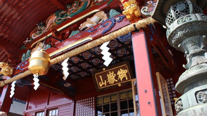 徳川綱吉の命によって造営された鮮やかな朱色の幣殿・拝殿は、何度も修復を重ね今も使われています。古くから多くの人々に親しまれ、ほかにも境内には多くのお社が祀られています。どれも歴史のあるものなので、じっくり参拝してみましょう。