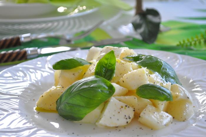 おみやげに買った食べごろの桃。冷蔵庫にモッツァレラチーズがあれば、帰宅してからすぐに作れるひと皿です* ↓↓