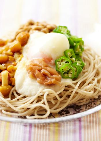 おくらに長芋、納豆、山芋と、ねばねば食材をふんだんに使った滋養たっぷりの冷たいおそば。温泉卵でコクと食べ応えを、梅干しでさっぱりとしたアクセントを加えています。