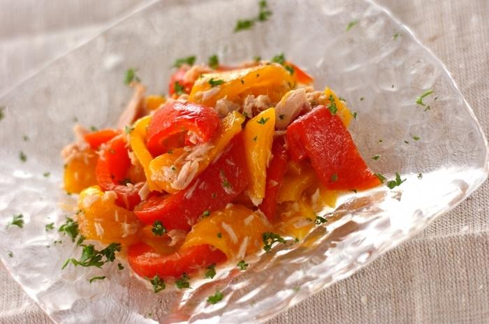 パプリカの甘みを引き出すため、魚焼きグリルでじっくり焼いて皮を剥いたものをマリネにします。ツナ缶を加えればさらに旨味もプラス。冷蔵庫で半日ほど味を馴染ませるとよりおいしくなるそうです。