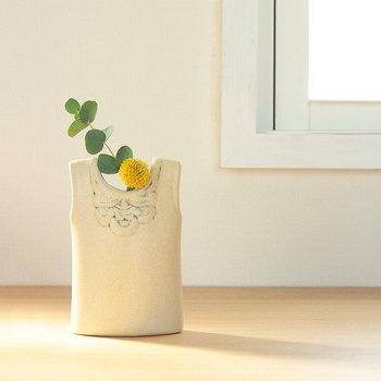 リサラーソンのワードローブシリーズから二つ目は、ベストをかたち作った花器です。アイボリーの優しい色合いにはビタミンカラーのお花がぴったりですね。