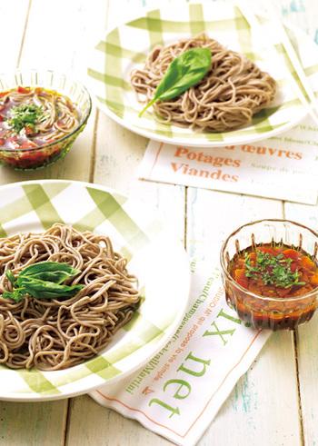定番の味に飽きたときには、イタリアンなざる蕎麦という選択肢も。お蕎麦はいつも通り茹でるだけ。トマトとバジルとオリーブオイルを加えた、イタリアン風味のめんつゆでいただきます。意外な組み合わせですが、相性は抜群!
