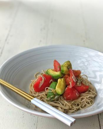 おいしい冷やしトマトも、お蕎麦との相性はばっちりです。乱切りしたトマトとアボカド、しらすを昆布だしで味付けし、茹でたお蕎麦に盛り付けるだけ!美容が気になる女性に嬉しい組み合わせですね。時短レシピとしても有効。お子さまにもおすすめのレシピなので、お休みの日のランチにいかがでしょうか?