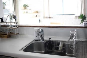 毎日使うキッチンでは、小さな汚れも積み重なれば落としづらい汚れとなってしまいます。いつもきれいなキッチンでお料理するために、一日の終わりにはキッチンをリセットできる上手なルーティンを考えていくのがいいですね。