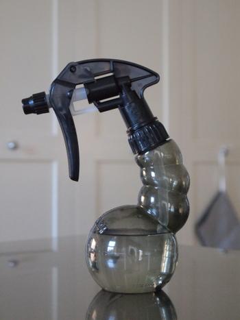 アルカリウォッシュ(セスキ炭酸ソーダ)はコンロまわりのお掃除と相性のよいアイテムです。油汚れに強いため、揚げ物や炒め物をしたあとのコンロもピカピカになります。