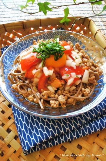 野菜がたっぷり入ったサラダ蕎麦は、夏バテ気味の方でも食べやすくておすすめです。豚ひき肉、トマト、玉ねぎ、しそ、卵黄の組み合わせをめんつゆと絡めて、さっぱり食べられる、栄養たっぷりのサラダ蕎麦です。