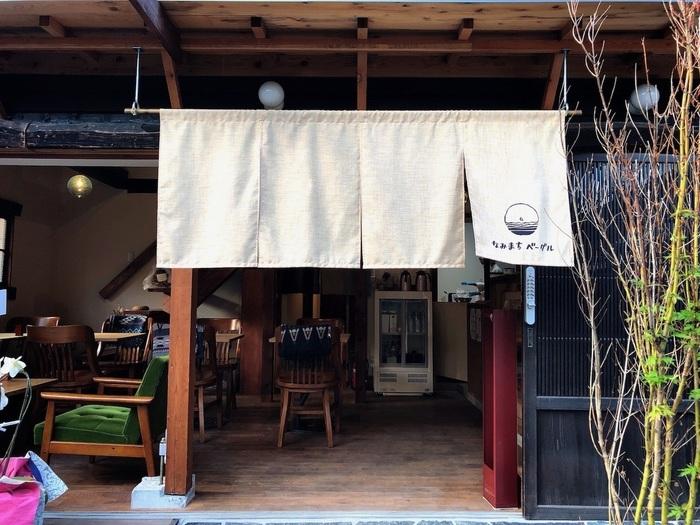 次にご紹介するのは、2018年9月に長谷の路地裏にオープンした「なみまちベーグル」。100年以上昔に建てられた古民家をおしゃれに改築した、秘密基地のようなお店です。入り組んだ小道を抜けて行くと、突き当たりには海が広がります。「なみまち」という名前がぴったりです。