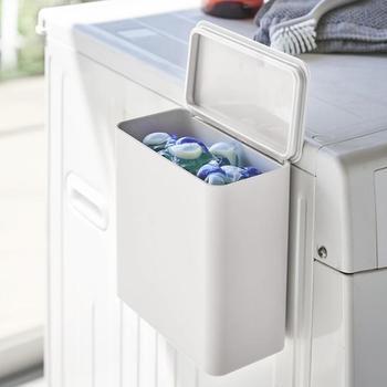 第3の洗剤と呼ばれているジェルボールタイプの洗剤をお使いの方は、マグネットでくっつく<洗濯洗剤ボールストッカー>があると便利ですよ。棚から箱を出し入れする手間が省けるだけで、洗濯がとっても楽に感じます。パッキン付きで密閉できるので、粉洗剤入れとしても使えます。