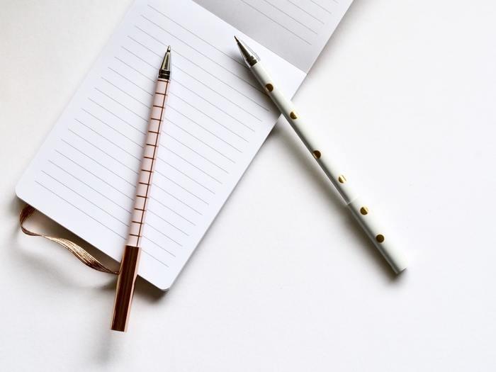 メモ自体は、きれいにまとめる必要はありません。殴り書きでもOKです。そうやって書いたメモを、後で重要な部分だけ抜き出して清書しましょう。清書することで、さまざまな情報が入ったメモの中から特に大事なことを選んで整理することができます。