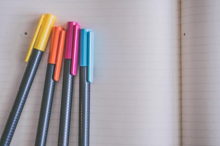 黒一色で書いたメモは、後で見返しても何が重要なのかがわかりにくくなります。ペンを色分けすることで、重要なことを際立たせることができます。何本もペンを持ち歩くのが難しい場合は、多色ボールペンを使うのがおすすめです。