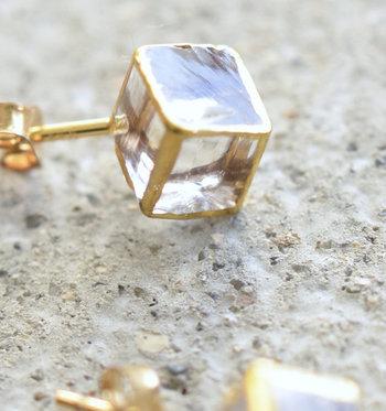 ガラスに金彩を施した、透明感と輝きが美しいキューブ型。ガラス工房にて手作業で製作され、断面のいびつさをデザインとして残しつつ滑らかに磨き上げています。ガラス本来の美しさとゴールドの華やかさが絶妙です。