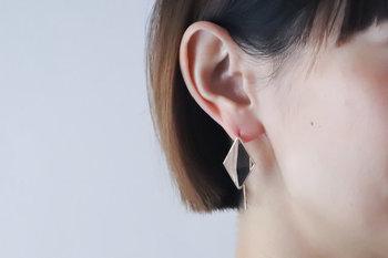 江戸切子職人の精緻な技と光の屈折率・透過に非常に優れた高品位のクリスタルガラスを用いた逸品。シーンやコーディネートで選べる3サイズ、そしてデザインは2種類をご用意しました。耳元でふわりと揺れ、光の反射を存分に楽しめます。