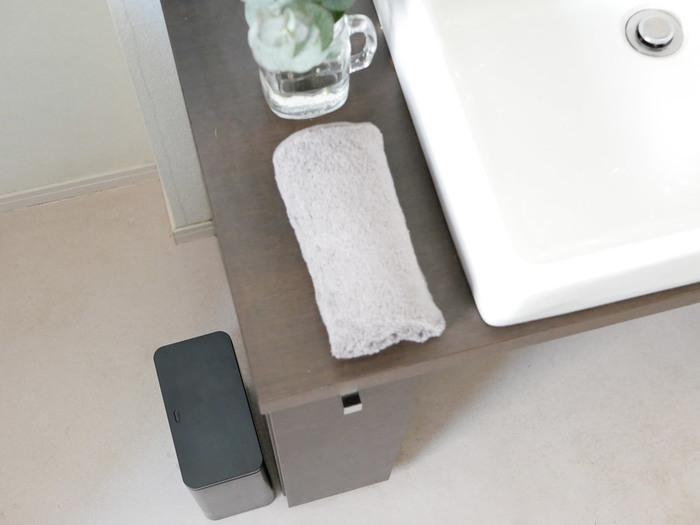 キッチン以外にもトイレや洗面所、寝室など、いろいろな場所で使えます。ゴミ袋を見せないチューブラー仕様なので、生活感が出ないところが嬉しいポイント。どんなテーマの空間にも合わせやすい、ホワイト・ブラック・グレーの3色展開です。